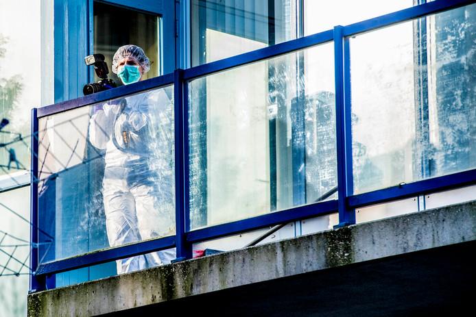 Forensisch medewerkers van de politie doen onderzoek op een balkon in de Stationsstraat in Schiedam. Op die plek is een stoffelijk overschot van een pasgeboren baby gevonden.