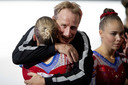 Lieke Wevers omhelst haar vader én coach Vincent Wevers.