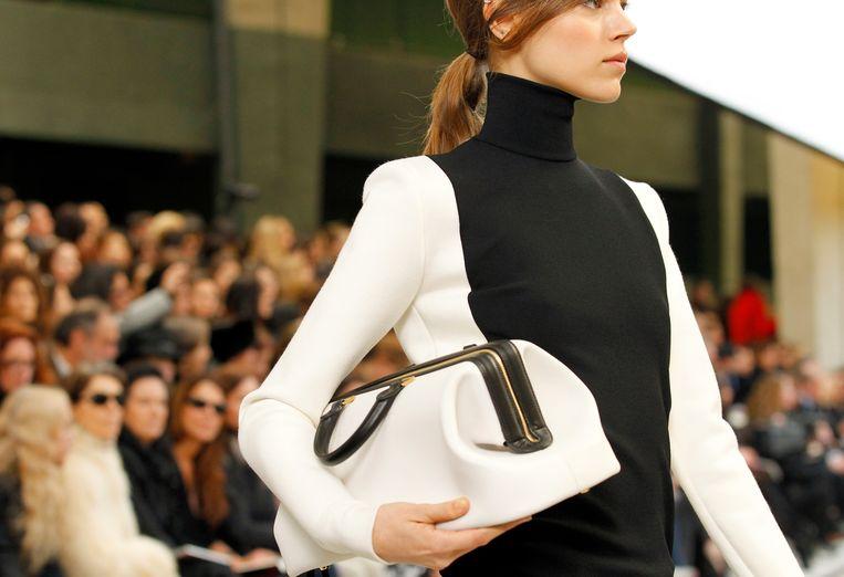 Een model toont een creatie van Phoebe Philo voor Céline.