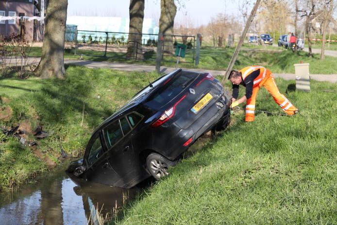 Een automobilist is gewond geraakt in Wijk en Aalburg toen hij met zijn auto in de sloot belandde.
