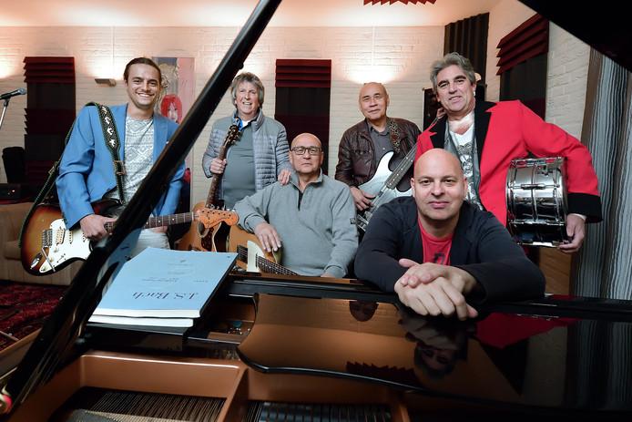 schijf - 20173010 - De band Ruby's Plane repeteert in de studio van Hans Rongen. Vlnr Barry Bollebakker, André Adams, Fred en Johan Bollebakker, Hans Rongen en Jack Neven.