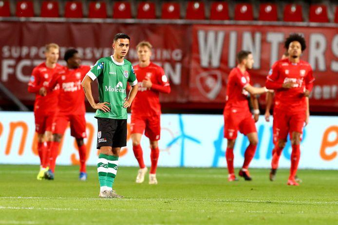 Eliano Reijnders wordt er moedeloos van, nadat FC Twente na wederom een fout in de Zwolse verdediging heeft gescoord.