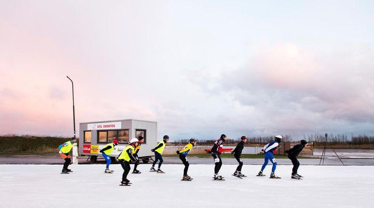 Deelnemers tijdens de eerste Elf Steden Challenge, januari 2017. De start is net als de originele Elfstedentocht vanuit een kooi, dan een stuk hardlopen, stempelposten met klunplekken en 200 km schaatsen. Beeld null