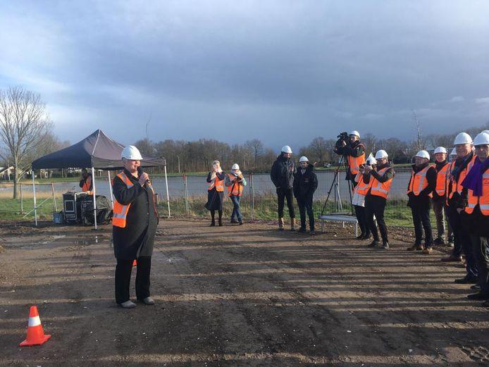 Allévo-bestuurder Ineke Dekker bij het slaan van de eerste paal van de nieuwe Cornelia in februari