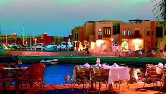 El Gouna ligt op een half uur rijden van Hurghada, maar er is een verschil van dag en nacht met die hectische badplaats.