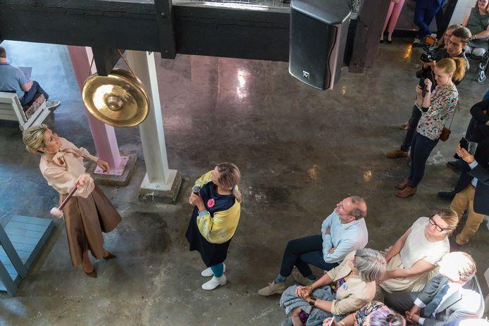 Koningin Máxima tijdens een bezoek aan Social label op de Tramkade in Den Bosch in 2018.