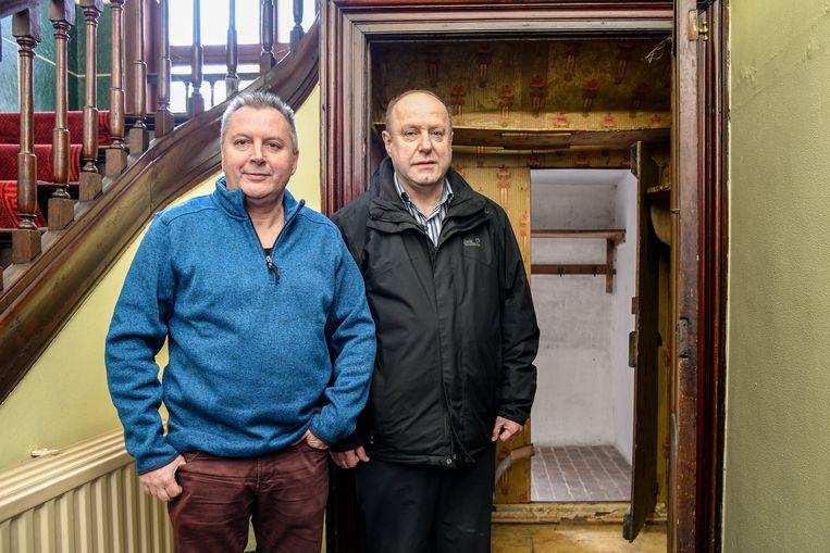Schepen Geert Mannaert en bedenker van de strip Jozef Aerts bij een verborgen ruimte in de pastorie van Buggenhout. Daar komt het spook in het stripverhaal uit te voorschijn.