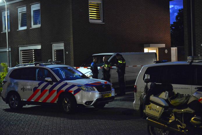 Politie onderzoekt dode vrouw aangetroffen in woning in Sint Willebrord. Foto Perry Roovers / Maricmedia