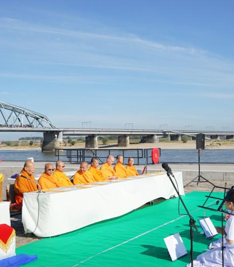 Waalkade kleurt oranje bij boeddhistische ceremonie