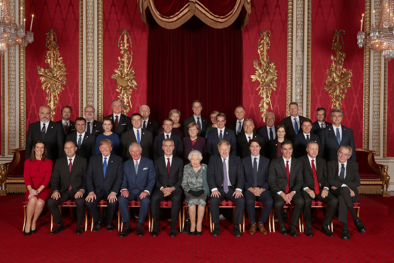 De staatshoofden en regeringsleiders van de Navo-landen samen met de Britse koningin Elisabeth en prins Charles, dinsdag in Buckingham Palace.