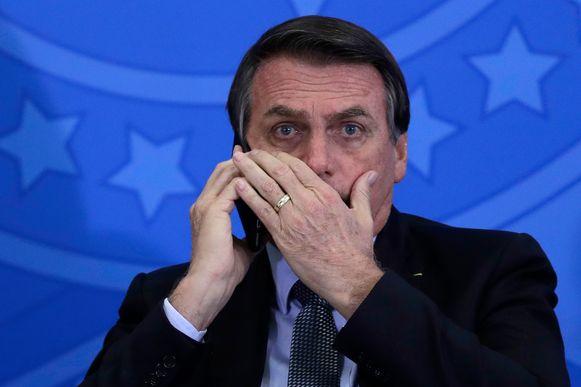 President Jair Bolsonaro in gesprek op zijn mobiele telefoon in juli 2019.