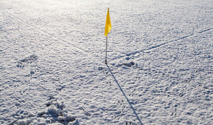 Door de sneeuw van de afgelopen week zijn veel velden niet bespeelbaar.