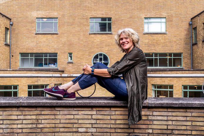Programmacoordinator Monica Benjaminse voor de Theaterschool Utrecht aan de Laan van Puntenburg.