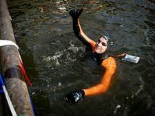 Zwemmer Maarten van der Weijden is halverwege zijn Elfstedenzwemtocht