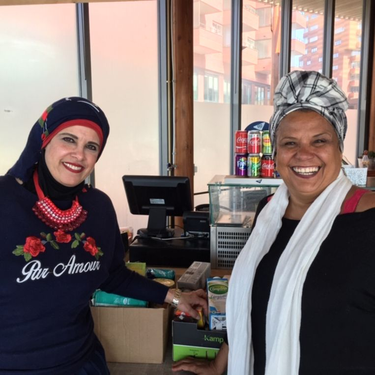 Abier (links) en Eliana zijn een voedselbank voor ongedocumenteerden begonnen. Beeld