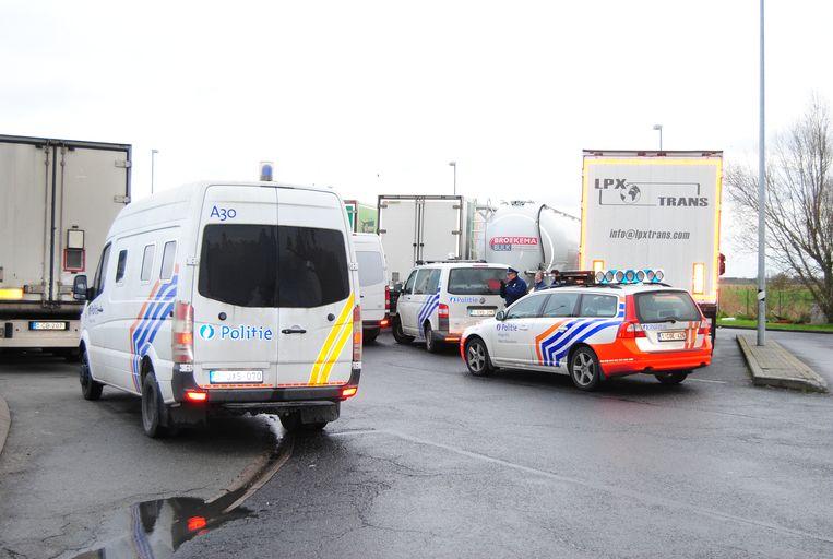 Archieffoto. De politie onderschept transmigranten op de snelwegparking in Mannekensvere langs de E40.