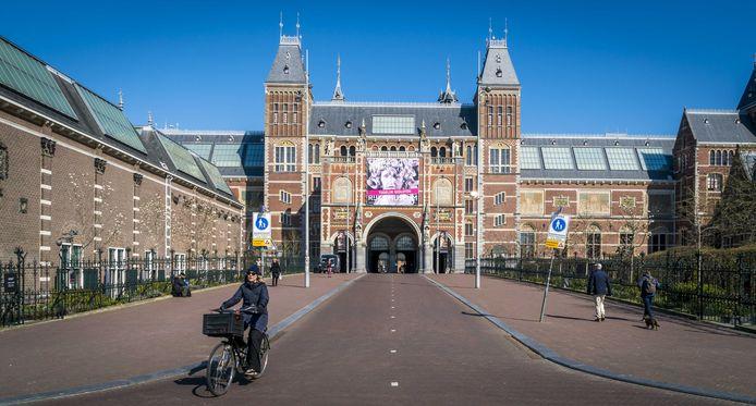 Een leeg plein voor het Rijksmuseum.
