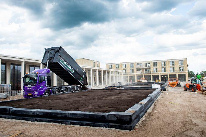 Het eind van de bouw komt in zicht op Anklaar 2.0. Drie grote bakken bovenop de parkeergarage werden gisteren gevuld met grond, waarin groen wordt aangeplant.