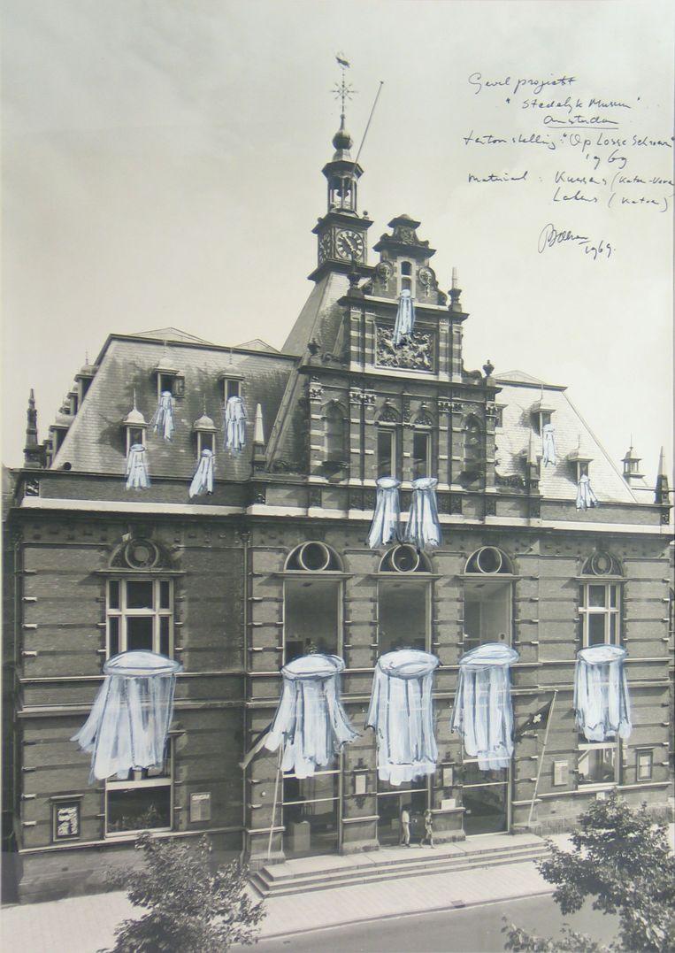 Schets van kunstenaar Marinus Boezem van zijn installatie Beddengoed uit de ramen van het Stedelijk Museum uit 1969. Beeld Collectie Stedelijk Museum