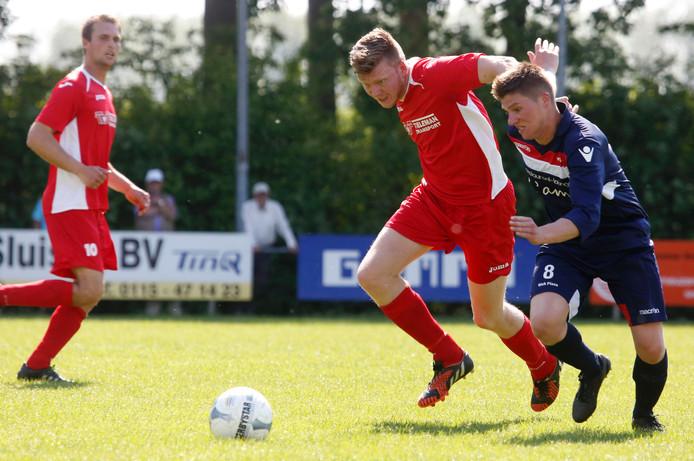 Een verbeten duel tussen de middenvelders Dennis Malcontent (links) van Hontenisse en Stijn Rijdel van Sluiskil.