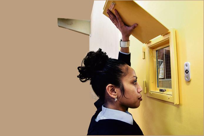 Personeel in de gevangenis van Lelystad vreest dat er minder contact is met gevangenen die een laptop krijgen.