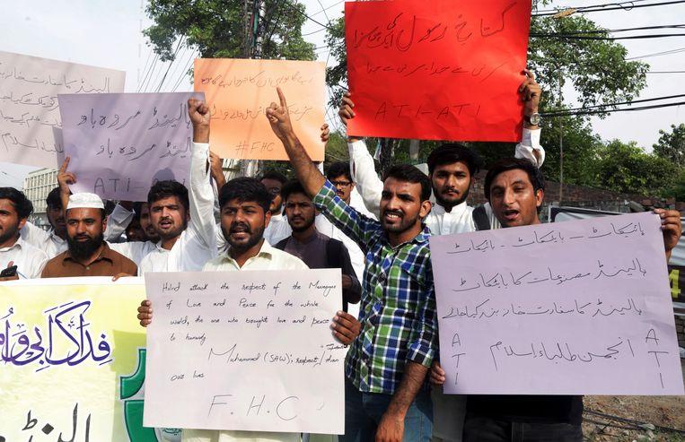 'Boycot Nederlandse producten, sluit hun ambassade', staat op de borden van Pakistaanse studenten, die dinsdag al demonstreerden tegen de cartoonwedstrijd van Geert Wilders. Beeld AP