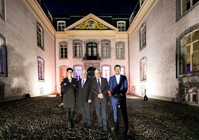 Miranda de Ruiter, provinciaal overste Martien van Moorsel, congregatie-adviseur Theo Naus en ontwikkelaar Bas van de Laar (van links naar rechts), maandagavond bij het hoofdgebouw van het kasteel in Gemert.
