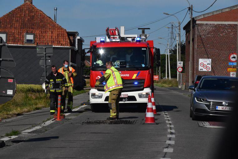 De brandweer verwijderde in de rijrichting van Sint-Eloois-Winkel twee wegkussens in de Lendeleedsestraat.