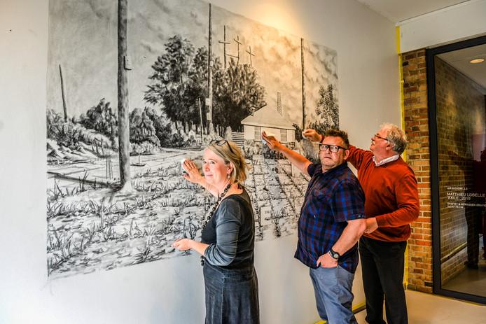 Geertje Vangenechten, Matthieu Lobelle en schepen Nico Blontrock vegen het kunstwerk van Lobelle weg.