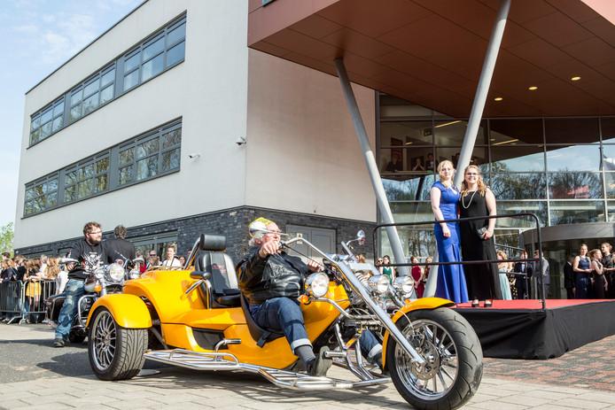 Eindexamenkandidaten komen met de mooiste voertuigen naar het Staring College in Lochem voor het jaarlijkse gala.