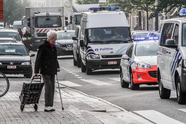 Tijdens de dolle rit werden fietsers en voetgangers (niet de dame op de foto) in gevaar gebracht.