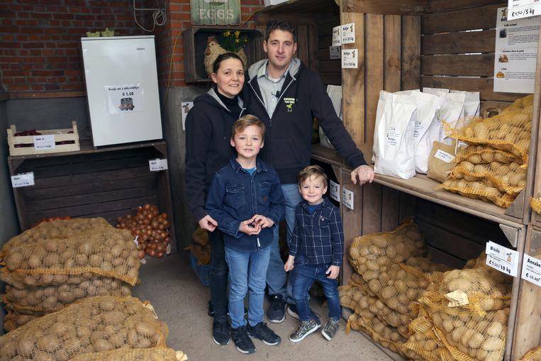 Raf Vangeel met zijn vrouw Kim Mens en hun kinderen Louis en Julles in hun hoevewinkel.