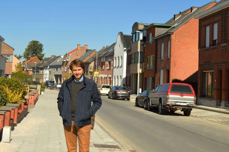 Mathias Diricx van CD&V is tevreden dat de voetpaden in de Grotstraat in Ramsdonk heraangelegd zijn.