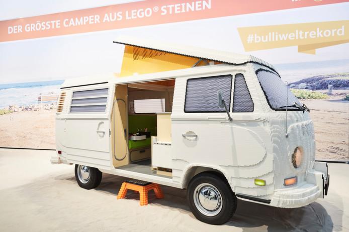 Voor het eerst is een VW-kampeerbus op ware grootte met Lego-steentjes nagebouwd
