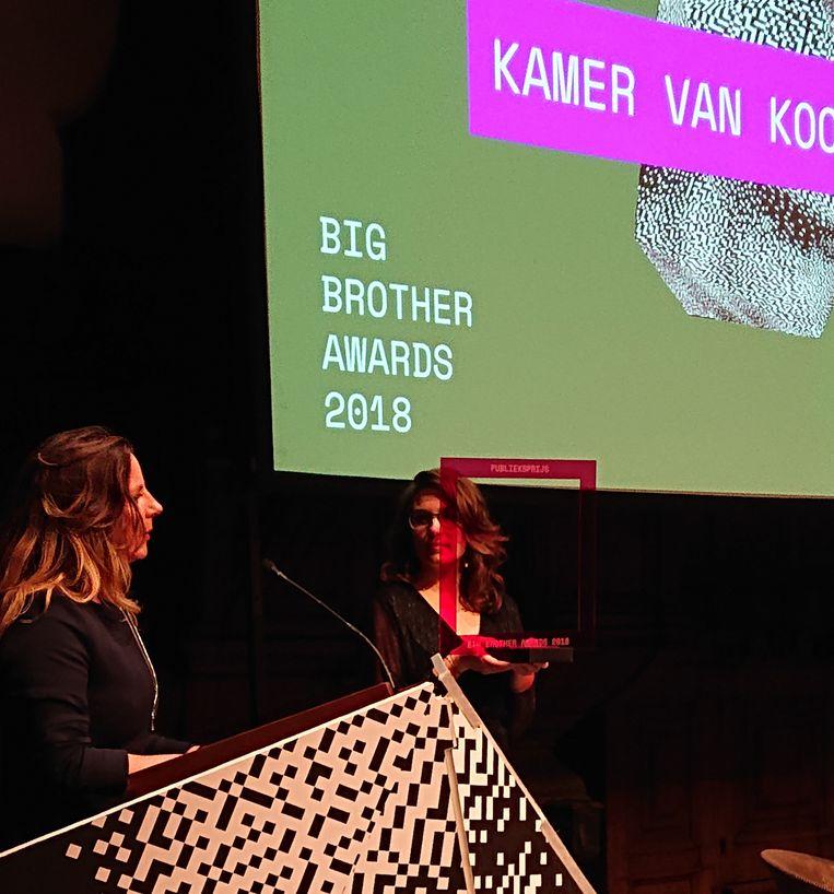 Liv van der Veen (links), hoofd Beleid en Juridische Zaken bij de Kamer van Koophandel, krijgt de Big Brother Award uitgereikt. Beeld Bits of Freedom