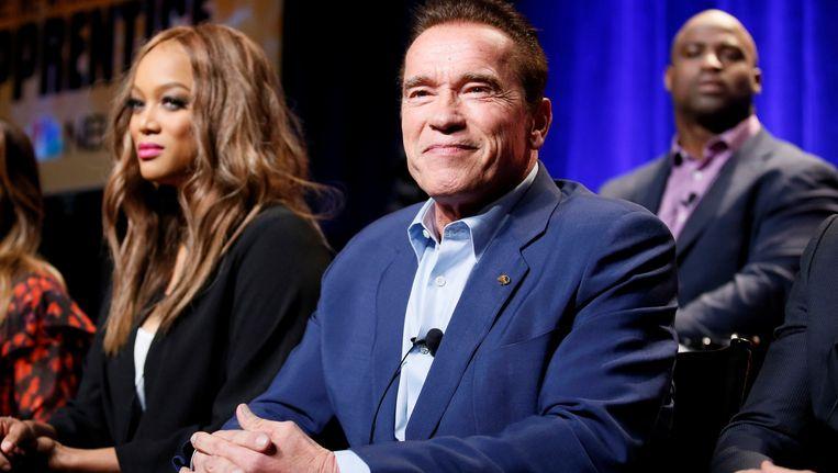 Arnold Schwarzenegger met links van hem model en tv-presentatrice Tyra Banks tijdens het programma The Apprentice. Beeld reuters