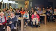 Bewoners woonzorgcentrum Ten Hove volgen voorstelling Eddy et les Vedettes