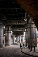 IJzeren bruggen herinneren aan de industriële tijd.