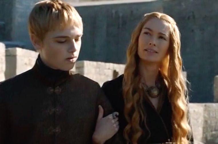 Cersei probeert op zoon Tommen in te praten. Beeld HBO