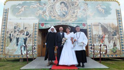 Wim en Viviane vieren 25ste huwelijksverjaardag in spiegeltent