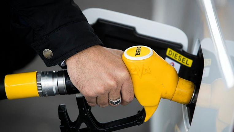 Een eigenaar van een dieselauto tankt bij. Beeld anp