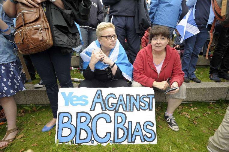 Schotten protesteren in de aanloop naar het onafhankelijkheidsreferendum vorig jaar tegen een volgens hen vooringenomen BBC. Beeld ap