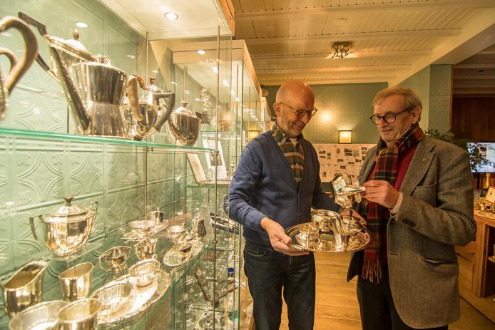 Pierre Rhoen en Evert van Tellingen bij hun zilverexpositie in Kasteel Kerckebosch.