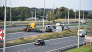 Bestelwagen rijdt op file in op de A12 in Strombeek