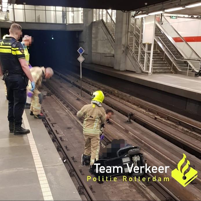 Scootmobiel op de rails bij metro Oostplein.