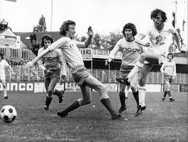 Rob Rensenbrink scoort tegen Beveren in 1974.