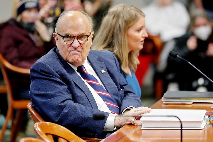 Een beeld van Rudy Giuliani tijdens de bewuste hoorzitting in het parlement van Michigan.