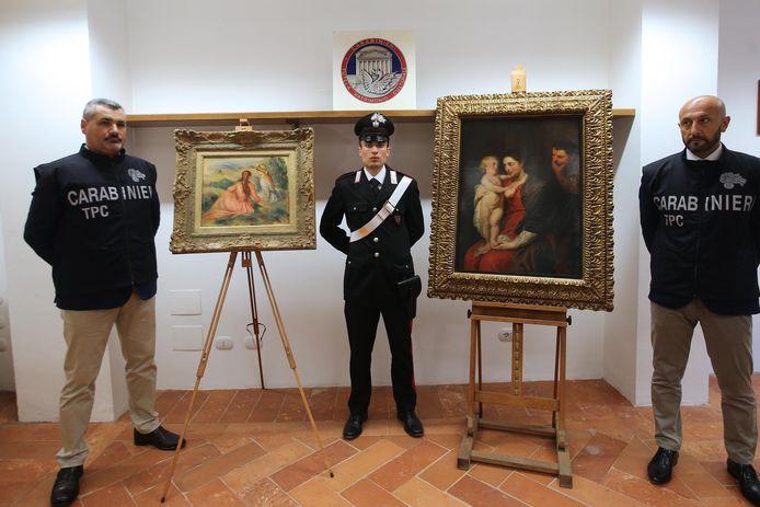 Italiaanse carabinieri met de teruggevonden schilderijen 'De meisjes op het gras' van Renoir (links) en 'De Heilige Familie' van Rubens.