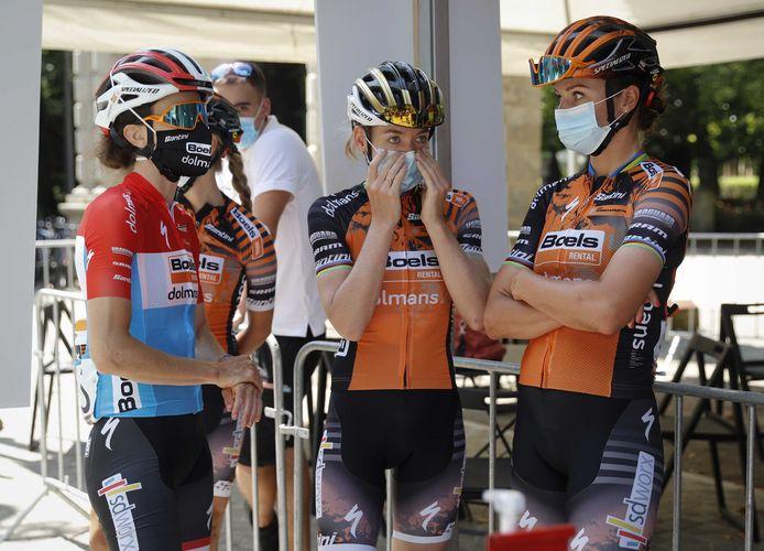 Rensters van Boels-Dolmans, met onder anderen Anna van der Breggen (midden) voor de start van de Spaanse wielerkoers Emakumeen Nafarroako Klasikoa.