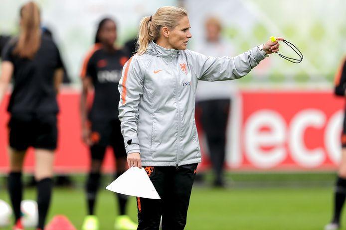 Sarina Wiegman op het trainingsveld.